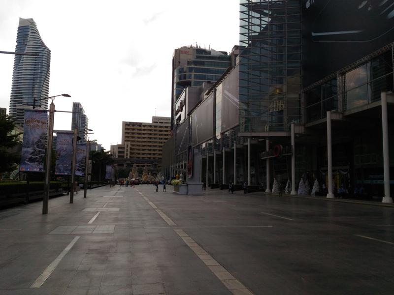 площадь перед торговым центром